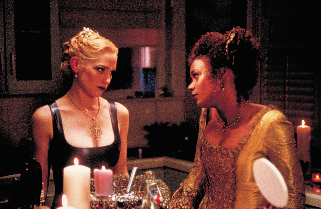 Lebensgefährliche Freundinnen: Hadley (Meredith Monroe, l.) und Julianne (Rachel True, r.) ... - Bildquelle: 2003 Sony Pictures Television International. All Rights Reserved.
