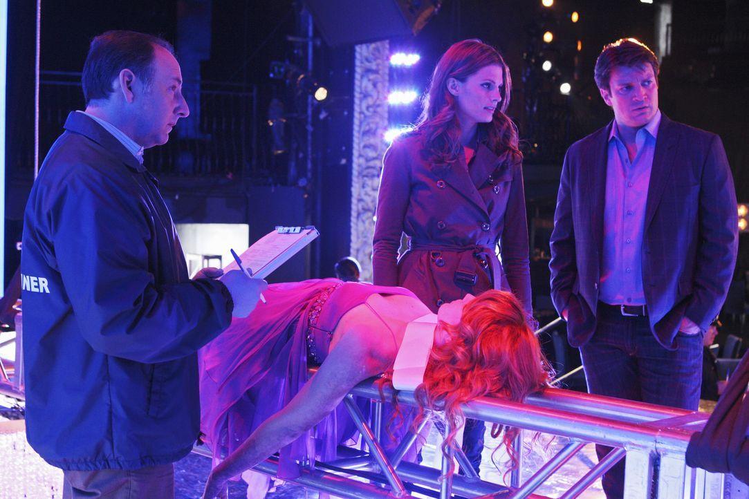 Amber Middleberry (Stephanie Lynn, 2.v.l.) wird ermordet aufgefunden. Ein neuer Fall für Richard Castle (Nathan Fillion, r.) und Kate Beckett (Stana... - Bildquelle: ABC Studios