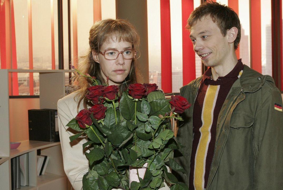 Rote Rosen! Lisa (Alexandra Neldel, l.) gerät durch den von Jürgen (Oliver Bokern, r.) inszenierten Blumengruß in Verlegenheit. (Dieses Foto von... - Bildquelle: Sat.1