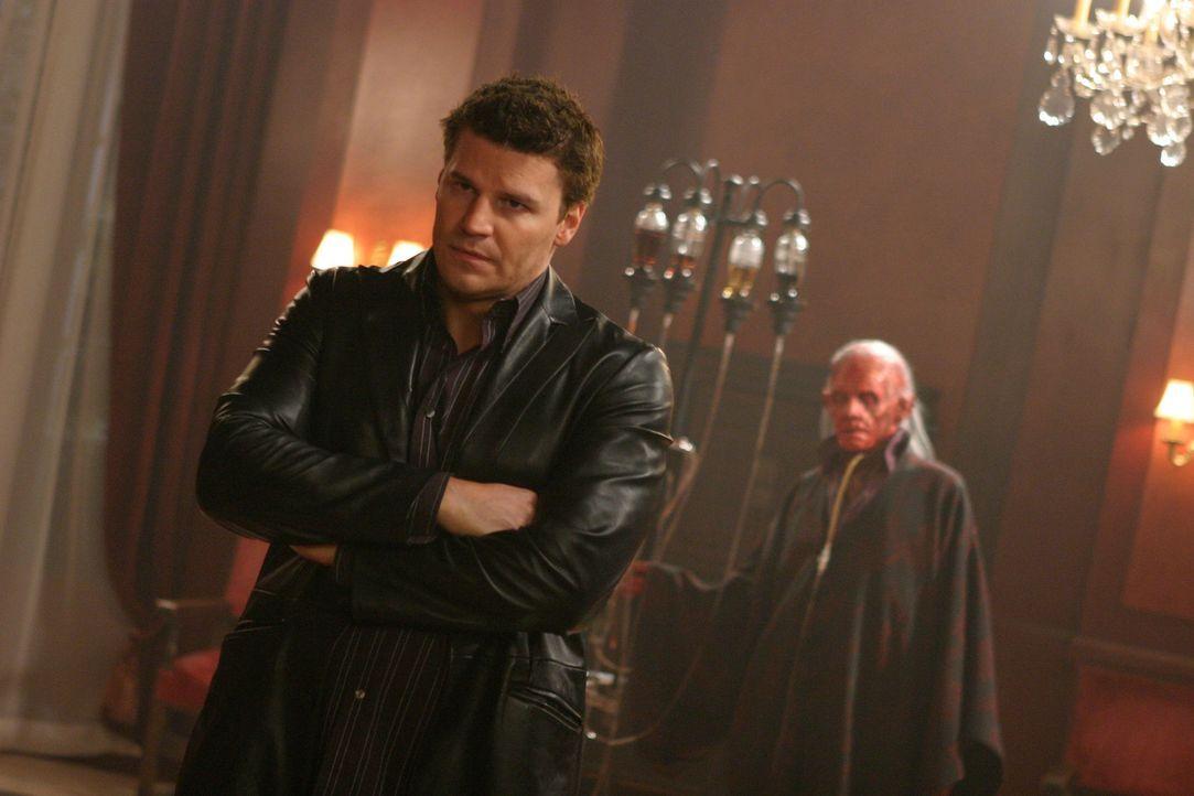 Angel (David Boreanaz, l.) wird von dem Dämon Cyvus Vail (Dennis Christopher, r.) unter Druck gesetzt ... - Bildquelle: The WB Television Network