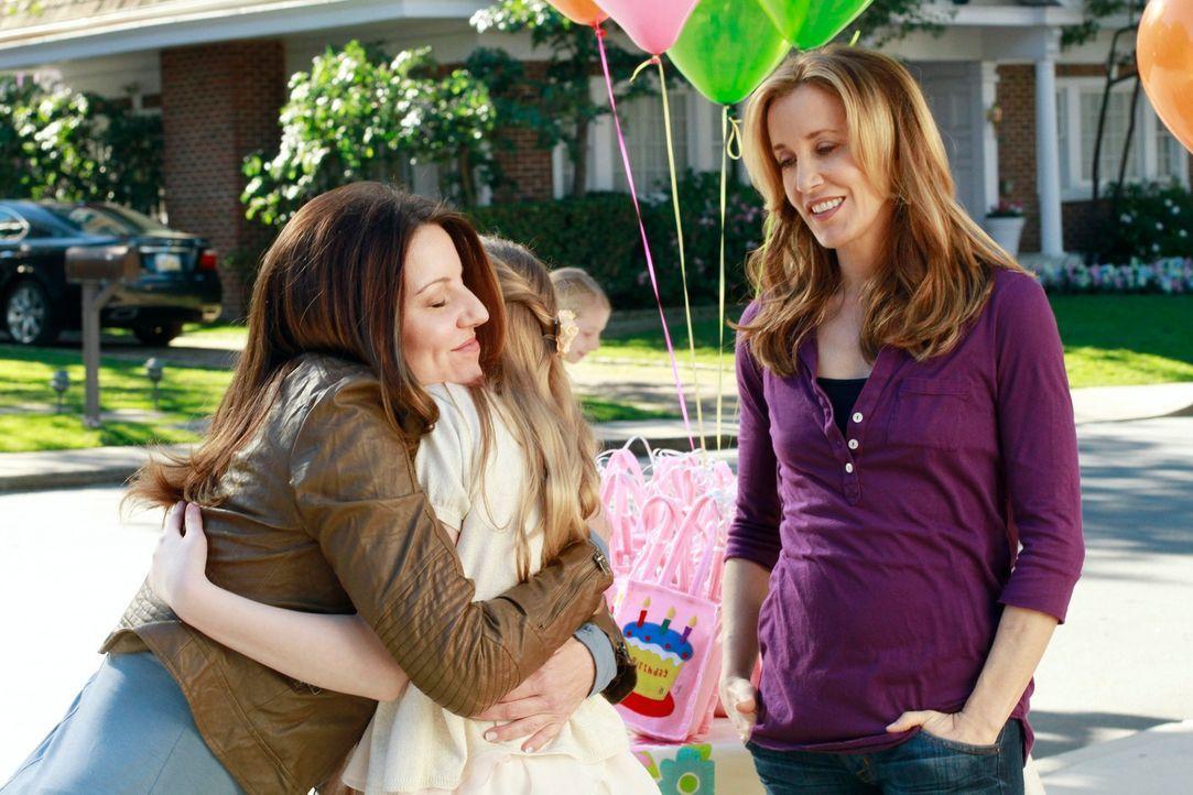 Toms Freundin Jane (Andrea Parker, l.) lässt auf Pennys (Darcy Rose Byrnes, M.) Party eine Bombe gegenüber Lynette (Felicity Huffman, r.) platzen, w... - Bildquelle: Touchstone Pictures