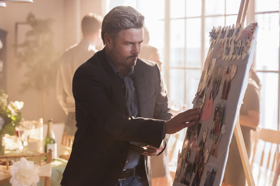 Maggies Vater Oscar (Carlos Bernard) taucht tatsächlich auf der Brautparty auf, doch das Verhältnis zwischen Vater und Tochter ist mehr als angespan... - Bildquelle: 2017 Warner Bros.