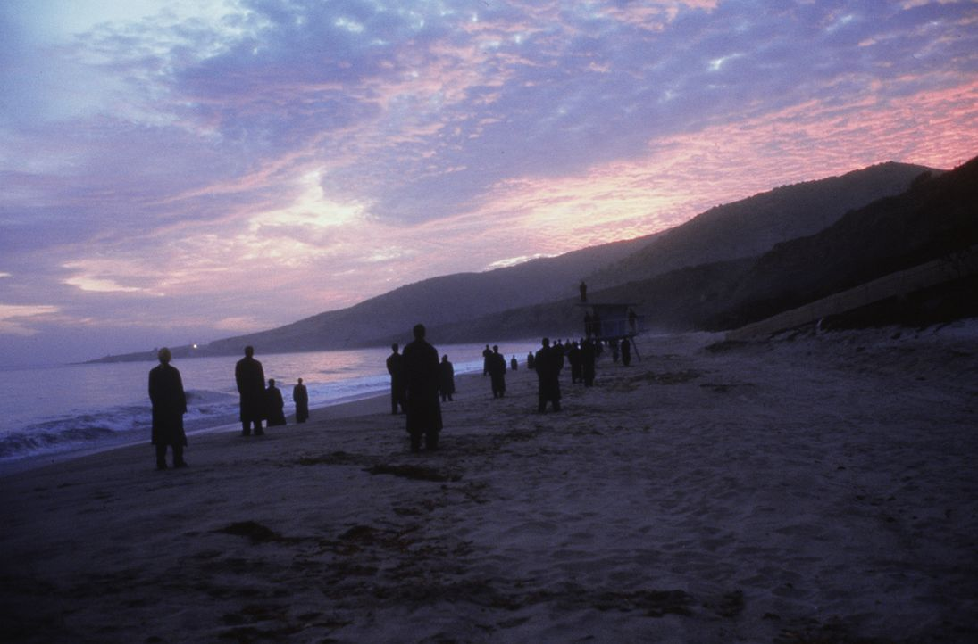 Jeden Morgen versammeln sich die Engel von Los Angeles am Strand, um den Sonnenaufgang zu sehen. Doch das Gefühl, die ersten wärmenden Sonnenstrahle... - Bildquelle: Warner Bros.