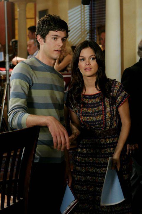 Summer (Rachel Bilson, r.) und Seth (Adam Brody, l.) hecken einen Plan aus, um Ryan zurück an die Harbor High School zu bringen ... - Bildquelle: Warner Bros. Television