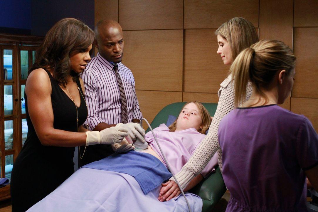 Sam (Taye Diggs, 2.v.l.) und Naomi (Audra McDonald, l.) betreuen eine schwangere Frau mit Down-Syndrom (M.E. Powell, liegend), doch deren Mutter Eri... - Bildquelle: ABC Studios