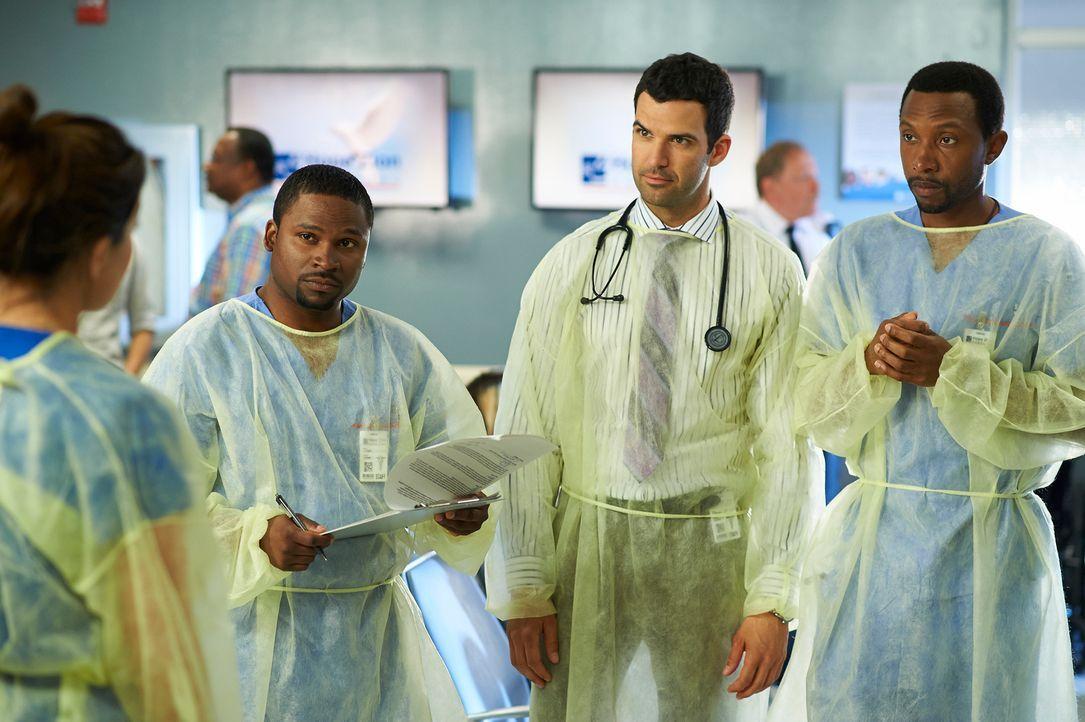 Noch ahnen Tom (K.C. Collins, r.), Zachary (Benjamin Ayres, M.) und Jackson (Joseph Pierre, l.) nicht, was für eine Masse an Patienten auf sie zukom... - Bildquelle: 2012  Hope Zee One Inc.