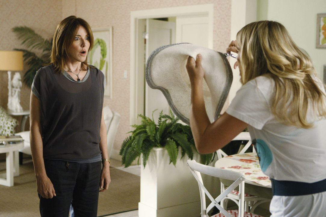 Haben eine heftige Auseinandersetzung: Ellie (Christa Miller, l.) und Laurie (Busy Phillips, r.) ... - Bildquelle: 2009 ABC INC.
