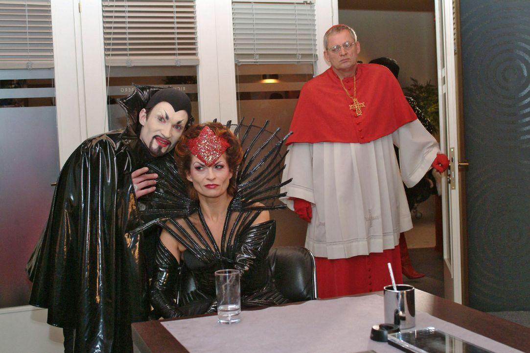 """""""Kardinal"""" Friedrich (Wilhelm Manske, r.) wird Zeuge, als Richard (Karim Köster, l.) in einer Unterhaltung mit Sophie (Gabrielle Scharnitzky, M.) s... - Bildquelle: Monika Schürle Sat.1"""