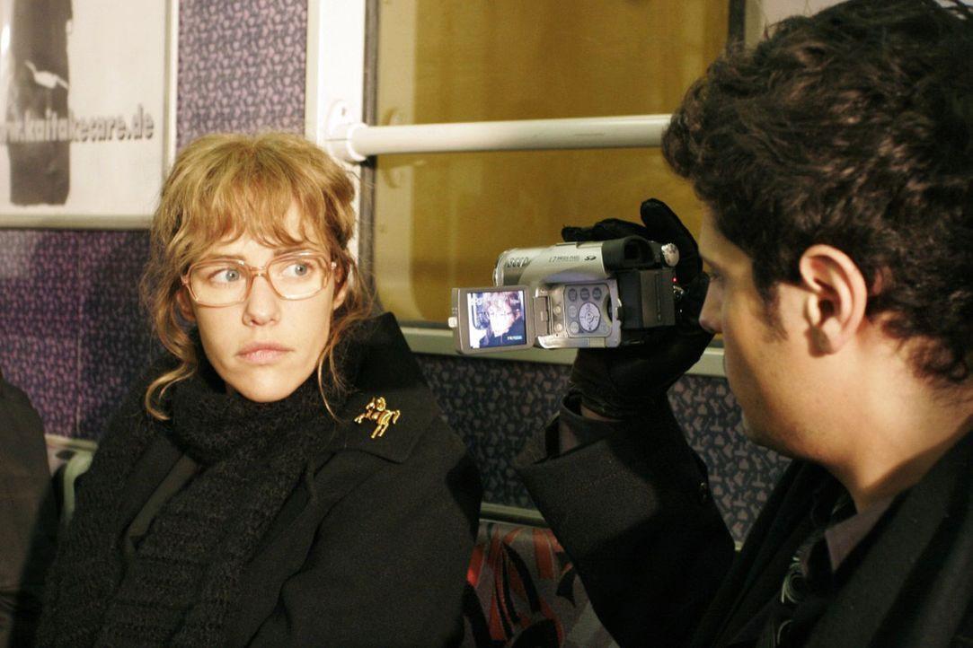 Auf Rokkos (Manuel Cortez, r.) Rat lässt sich Lisa (Alexandra Neldel, l.) von ihm filmen, damit sie bei künftigen Interviews sicherer im Umgang mi... - Bildquelle: Noreen Flynn Sat.1