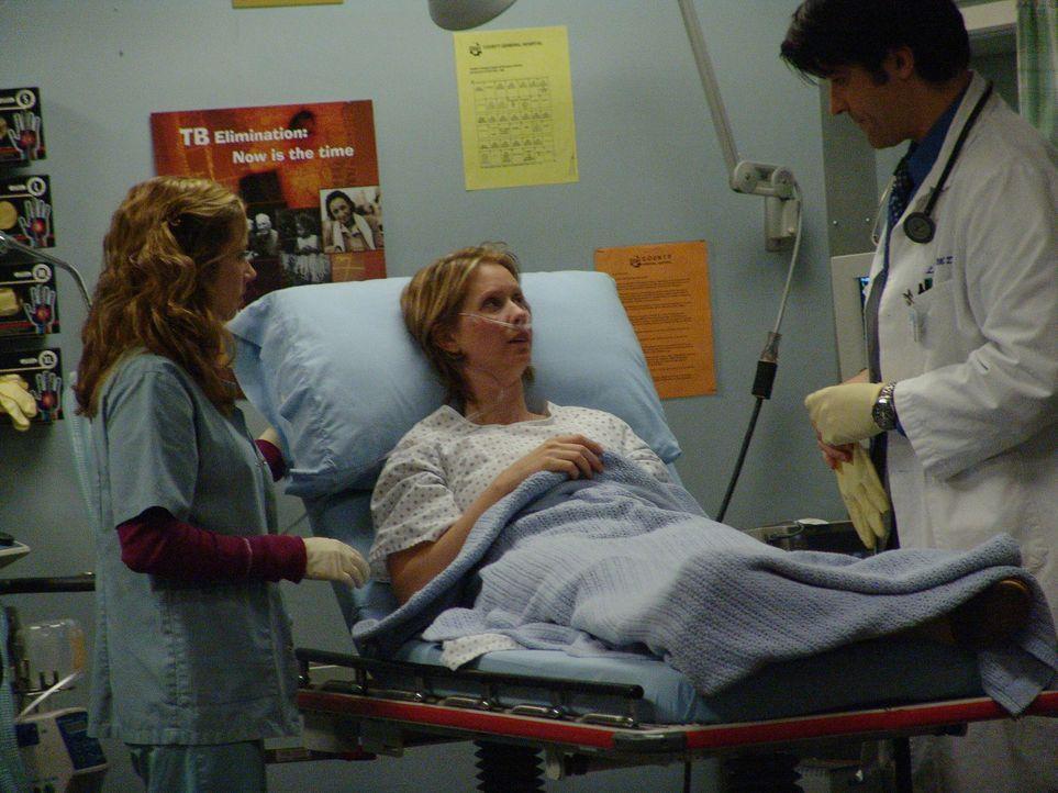 Nachdem Ellie (Cynthia Nixon, M.) in die Notaufnahme eingeliefert wurde, stellen Luka (Goran Visnjic, r.) und Sam (Linda Cardellini, l.) fest, dass... - Bildquelle: WARNER BROS