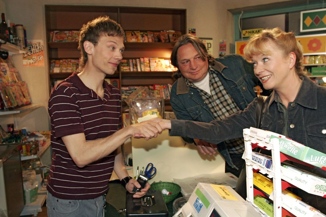 Jürgen (Oliver Bokern, l.), der auf keinen Fall das Pferderennen verpassen will, fragt Helga (Ulrike Mai, r.), ob sie ausnahmsweise im Kiosk aushel... - Bildquelle: Sat.1