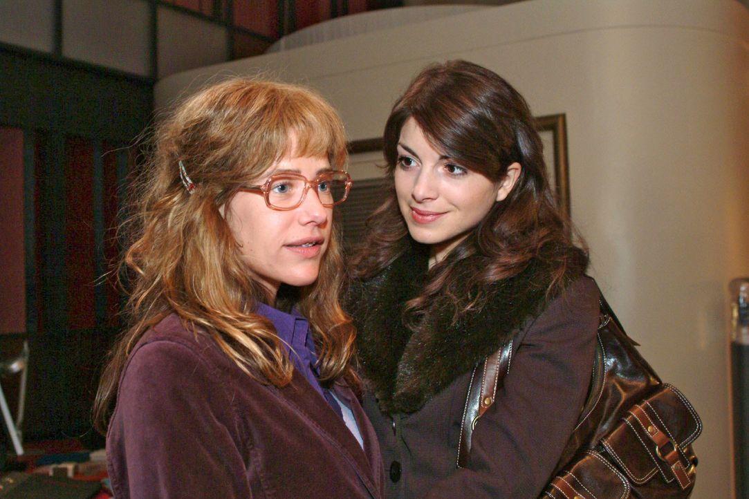 Mariella (Bianca Hein, r.) verabschiedet sich von Lisa (Alexandra Neldel, l.) und lässt diese mit einer irritierenden Offenbarung zurück ... (Dieses... - Bildquelle: Monika Schürle SAT.1 / Monika Schürle
