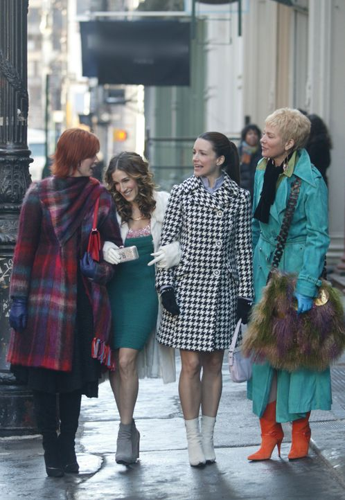 Auf zu neuen Ufern: Carrie (Sarah Jessica Parker, 2.v.l.), Miranda (Cynthia Nixon, l.), Charlotte (Kristin Davis, 2.v.r.) und Samantha (Kim Cattrall... - Bildquelle: Paramount Pictures