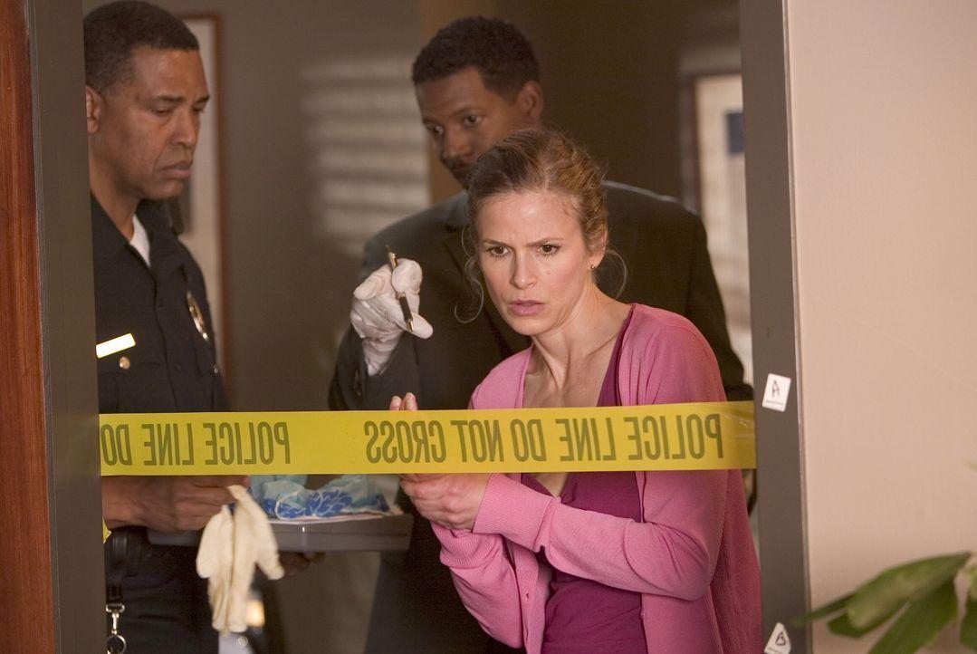 Nachdem der Projektleiter einer klinischen Studie zu einem neuen Medikament ermordet aufgefunden wird, werden Brenda (Kyra Sedgwick, r.) und Gabriel... - Bildquelle: Warner Brothers Inc.