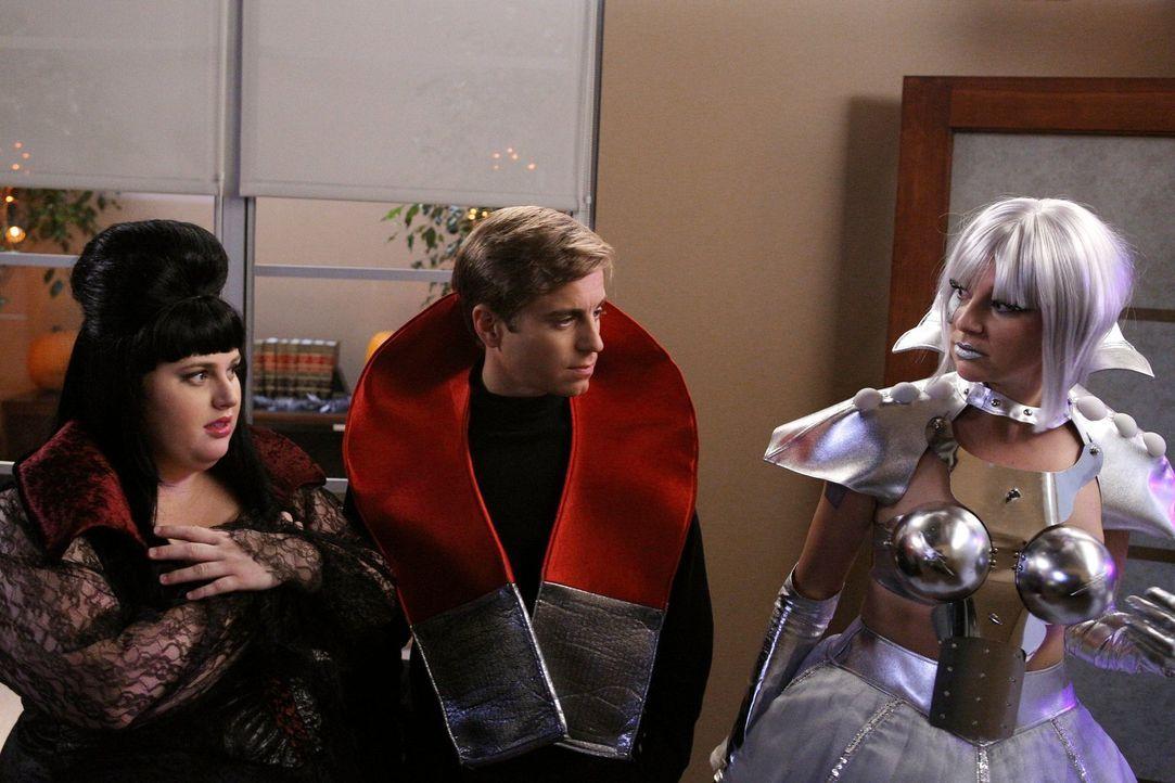 Kimmie (Rebel Wilson, l.) hat's voll erwischt: Aufgedonnert im sexy Vampirkostüm gesteht sie Richard (Kevin Bishop, M.) ihre Gefühle, doch dummerwei... - Bildquelle: Warner Brothers