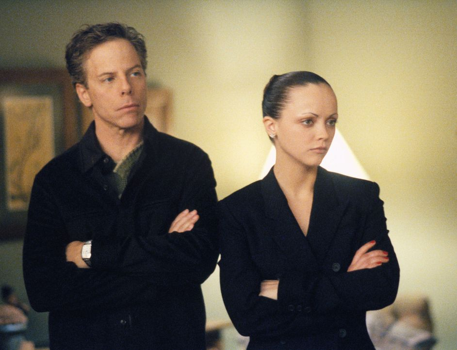 Der neueste Fall beschäftigt gleich alle in der Kanzlei: Richard (Greg Germann, l.) und Liza (Christina Ricci, r.) ... - Bildquelle: 2002 Twentieth Century Fox Film Corporation. All rights reserved.
