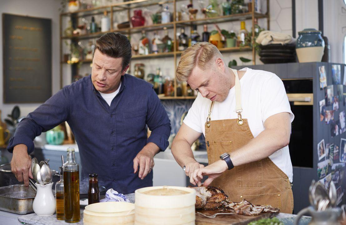 Jamie Oliver (l.); Rob Beckett (r.) - Bildquelle: Steve Ryan 2019 Jamie Oliver Enterprises Ltd. / Steve Ryan