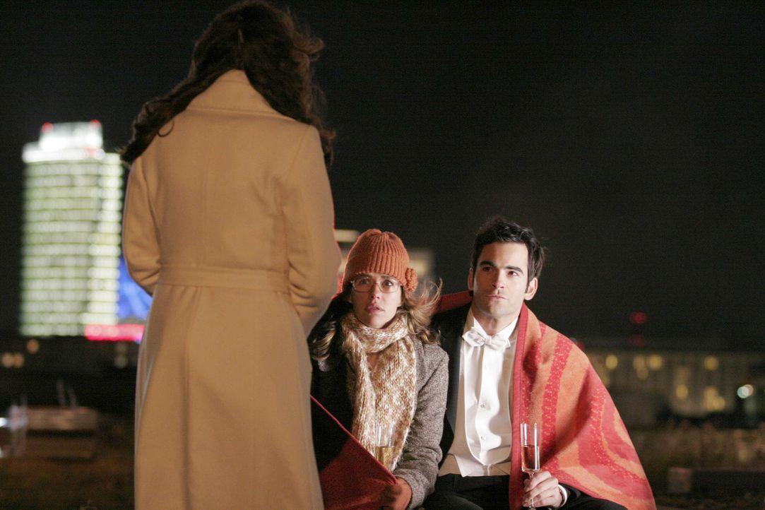 Lisa (Alexandra Neldel, M.) bleibt fast das Herz stehen, als plötzlich Mariella (Bianca Hein, l.) vor ihr und David (Mathis Künzler, r.) steht. -... - Bildquelle: Noreen Flynn Sat.1