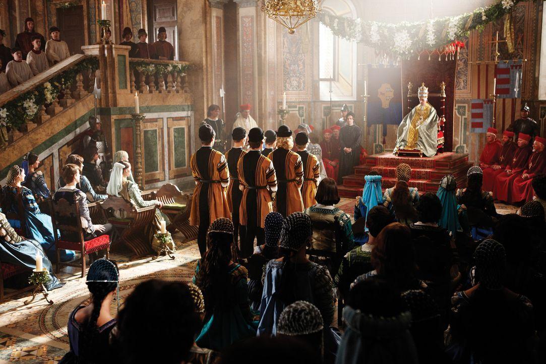 Da es Kardinal Della Rovere scheinbar gelungen ist, den französischen König für den Kampf gegen Rom zu gewinnen, bemüht sich Papst Alexander VI.... - Bildquelle: LB Television Productions Limited/Borgias Productions Inc./Borg Films kft/ An Ireland/Canada/Hungary Co-Production. All Rights Reserved.