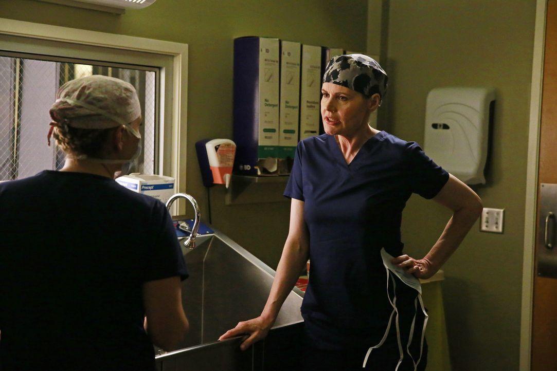Dr. Herman (Geena Davis, r.)macht Arizona (Jessica Capshaw, l.) verständlich, dass sich die Ärztin trotz ihrer Krankheit aus ihrem Privatleben rausz... - Bildquelle: ABC Studios