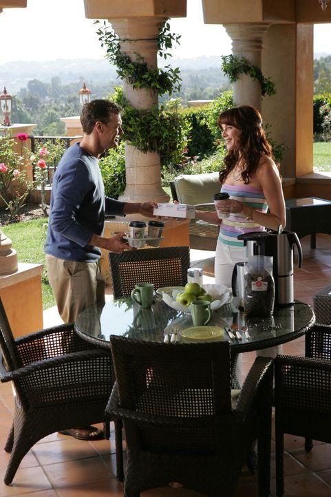 Julie (Melinda Clarke, r.) findet Trost in ihrem Ex-Mann Jimmy (Tate Donovan, l.) ... - Bildquelle: Warner Bros. Television