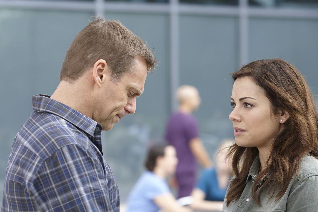 Für Charlie (Michael Shanks, l.) ist es besonders schwer, Alex (Erica Durance, r.) nach den schrecklichen Ereignissen gegenüber zu treten ... - Bildquelle: 2013  Hope Zee Two Inc.
