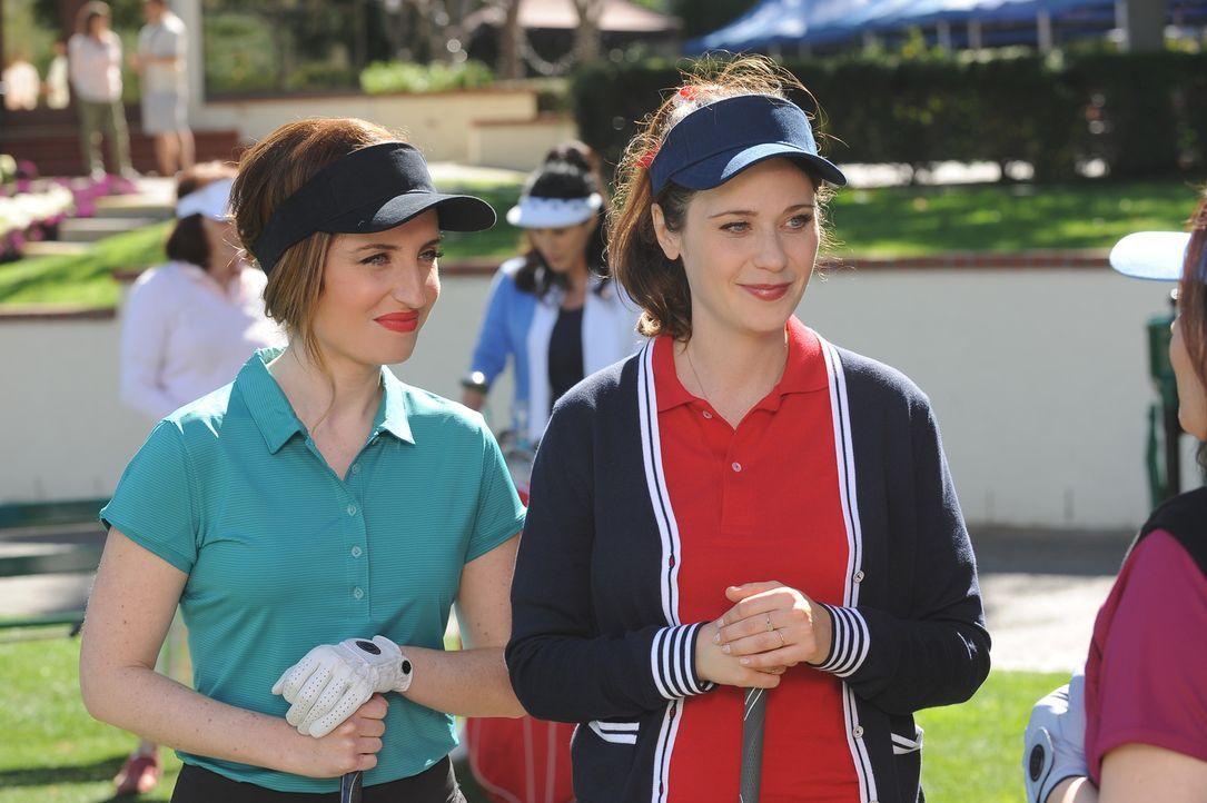 Fawn (Zoe Lister Jones, l.) lädt Jess (Zooey Deschanel, r.) zu einem Wohltätigkeits-Golf-Turnier ein, damit diese dort ein wenig Lobby-Arbeit betrei... - Bildquelle: 2015 Twentieth Century Fox Film Corporation. All rights reserved.