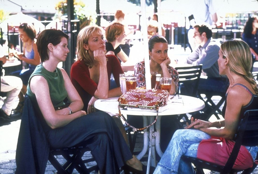 Für ihre Kolumne stellt Carrie (Sarah Jessica Parker, r.) ihren Freundinnen Miranda (Cynthia Nixon, l.), Samantha (Kim Cattrall, 2.v.l.) und Charlot... - Bildquelle: 2001 Paramount Pictures