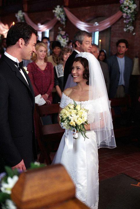 Cole (Julian McMahon, l.) und Phoebe (Alyssa Milano, r.) heiraten im Mausoleum auf dem Friedhof im Zeichen des Bösen und werden von einem Dämonenpri... - Bildquelle: Paramount Pictures