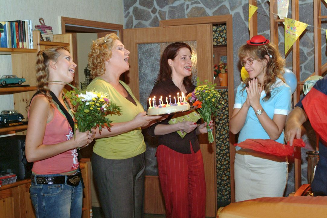 Lisa (Alexandra Neldel, r.) ist gerührt, als die drei Freundinnen Hannah (Laura Osswald, l.), Agnes (Susanne Szell, 2.v.l.) und Inka (Stefanie Höner... - Bildquelle: Monika Schürle SAT.1 / Monika Schürle