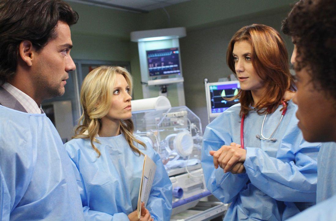 Tracy (Linara Washington, r.) und Daniel haben ein Baby bekommen. Doch leider hat die Kleine einen großen Tumor. Charlotte (KaDee Strickland, 2.v.l... - Bildquelle: ABC Studios