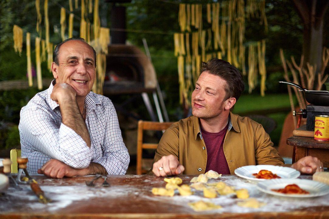 Zusammen mit seinem alten Freund und Mentor Gennaro Contaldo (l.) bereitet Jamie Oliver (r.) besondere Bolognese Ravioli zu ... - Bildquelle: FRESH ONE PRODUCTIONS MMXIV