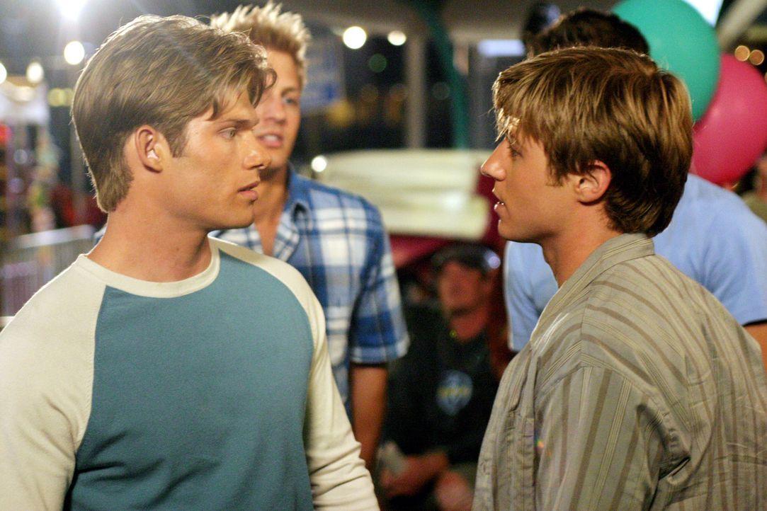 Zwischen Ryan (Benjamin McKenzie, r.) und Luke (Chris Carmack, l.) kommt es erneut zu einer Auseinandersetzung ... - Bildquelle: Warner Bros. Television