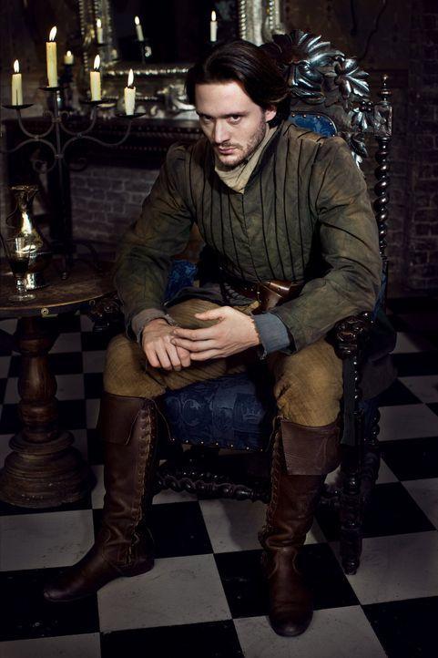 Noch ahnt George, Duke of Clarence (David Oakes) nicht, welche Hintergedanken der Earl von Warwick hat, als er ihn und seine Tochter Isabel miteinan... - Bildquelle: 2013 Company Television Limited LEGAL