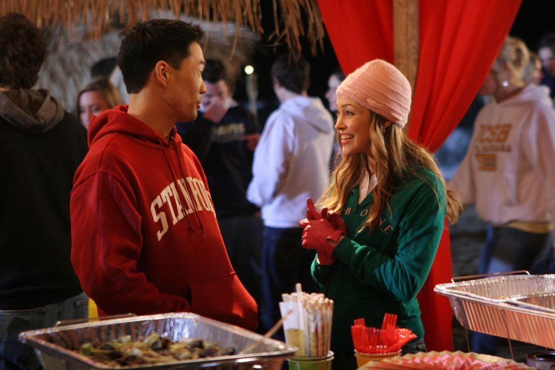 """Taylor (Autumn Reeser, r.) veranstaltet eine """"College Sweatshirt Party"""" in der Harbor High School ... - Bildquelle: Warner Bros. Television"""