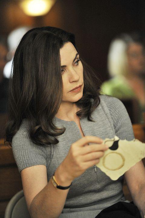 Alicia (Julianna Margulies) findet zwischen den Zeugenaussagen einen Zettel, der darauf hinweist, dass möglicherweise einer der Geschworenen bestoc... - Bildquelle: CBS Studios Inc. All Rights Reserved.