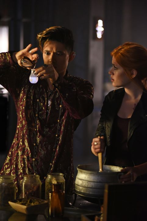 Magnus (Harry Shum Jr., l.); Clary (Katherine McNamara, r.) - Bildquelle: John Medland 2015 Disney Enterprises, Inc. All rights reserved./John Medland