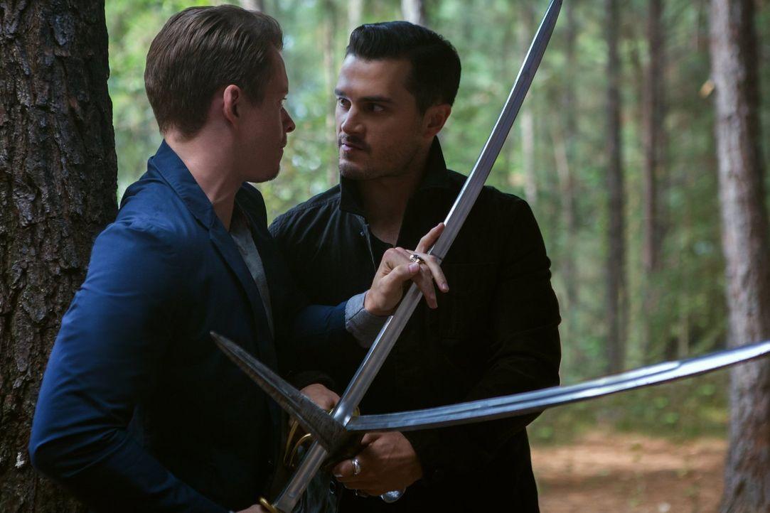 Ein Duell zwischen Julian (Todd Lasance, l.) und Enzo (Michael Malarkey, r.) verläuft anders, als geplant ... - Bildquelle: Warner Bros. Entertainment, Inc.
