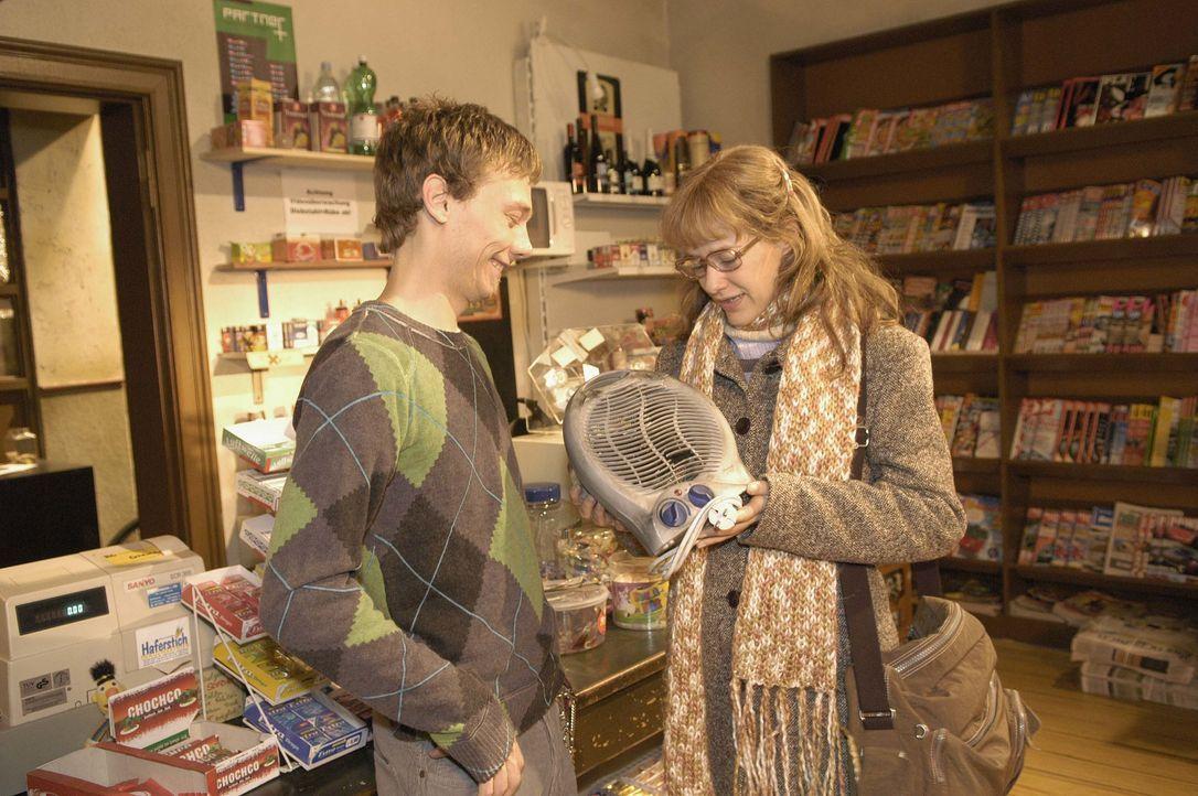 Von ihrem Jugendfreund Jürgen Decker (Oliver Bokern, l.),  der einen kleinen Kiosk besitzt, bekommt Lisa (Alexandra Neldel, r.) einen Heizlüfter für... - Bildquelle: Noreen Flynn SAT.1 / Noreen Flynn