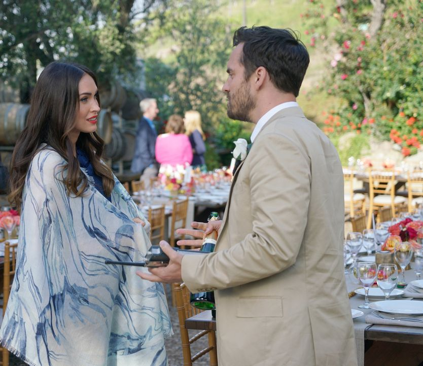 "Nick (Jake Johnson, r.) ist begeistert, als Reagan (Megan Fox, l.) zur Hochzeit erscheint, doch vor dem Wort ""Beziehung"" schreckt Reagan plötzlich z... - Bildquelle: Adam Taylor 2016 Fox and its related entities.  All rights reserved."