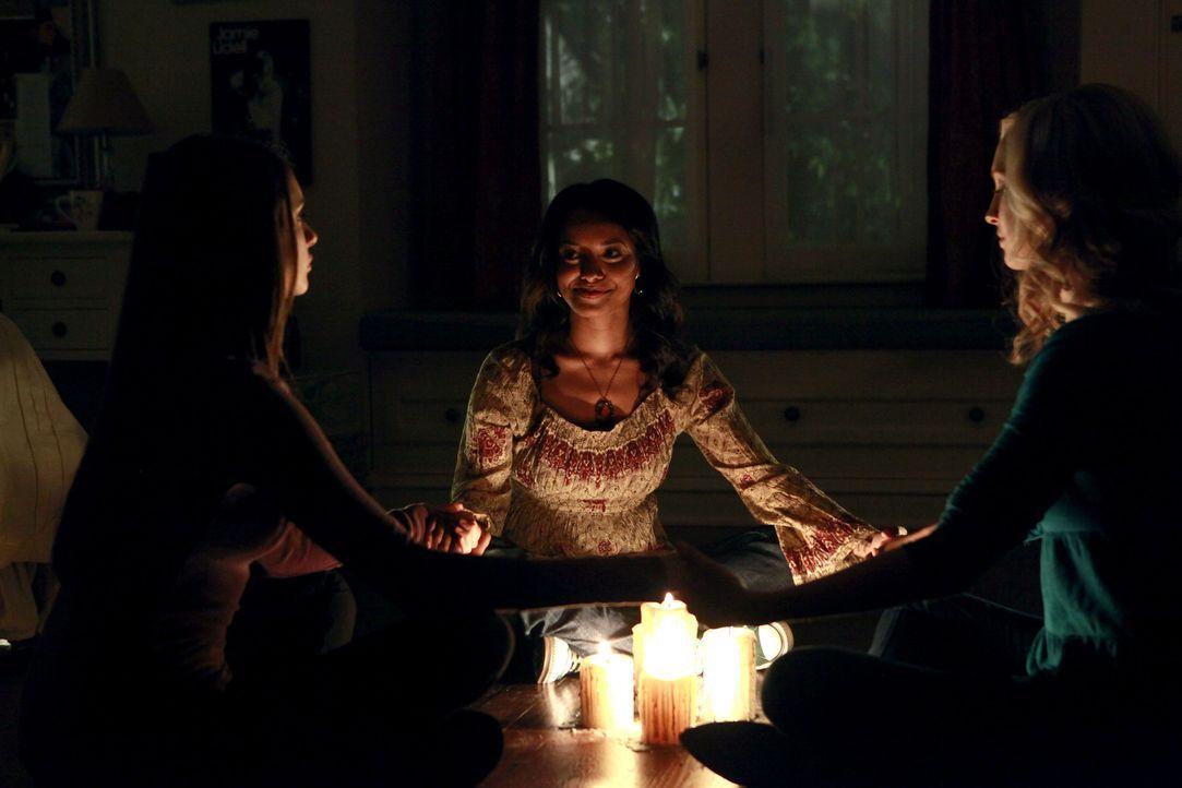 Elena (Nina Dobrev, l.), Bonnie (Katerina Graham, M.) und Caroline (Candice Accola, r.) wollen mit Hilfe einer Séance, Kontakt zum Geist von Emily a... - Bildquelle: Warner Brothers