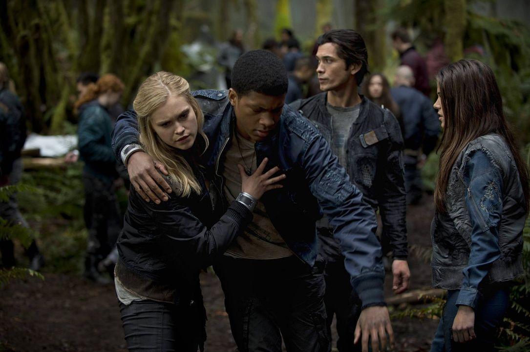 Während Clarke (Eliza Taylor, l.) und Wells (Eli Goree, 2.v.l.) ihre Mission auf der Erde als Erkundungstour für die Zurückgebliebenen sehen, wollen... - Bildquelle: Warner Brothers