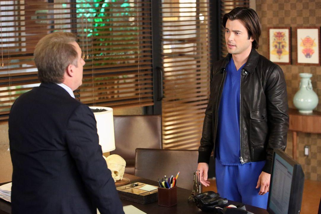 James (Matt Long, r.) sucht Sheldon (Brian Benben, l.) auf und entschuldigt sich für sein Verhalten an dem Tag, als Sarah entführt wurde ... - Bildquelle: ABC Studios