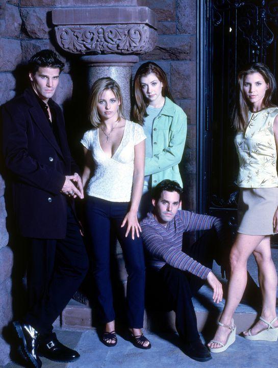 (2. Staffel) - Auf der Jagd nach Dämonen wird Buffy (Sarah Michelle Gellar, 2.v.l.) von Xander (Nicholas Brendon, 2.v.r.), Cordelia (Charisma Carpen... - Bildquelle: (1998) Twentieth Century Fox Film Corporation.
