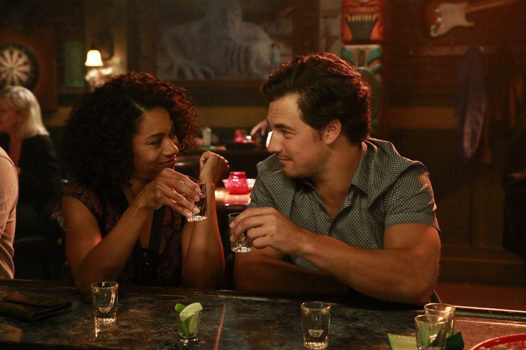 Als Maggie (Kelly McCreary, l.) von ihrem Ex-Freund zur Hochzeit eingeladen wird - muss sie ihr Leben noch mal neu überdenken und tut dies gemeinsam... - Bildquelle: Mitchell Haaseth ABC Studios