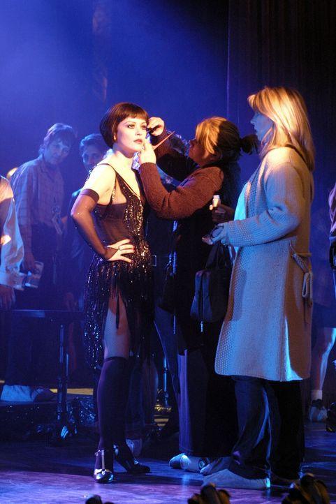 Auf dem Höhepunkt ihres Ruhmes erschießt der Varieté-Star Velma Kelly (Catherine Zeta-Jones, l.) ihre Schwester und ihren Gatten, als sie diese i... - Bildquelle: Miramax Films