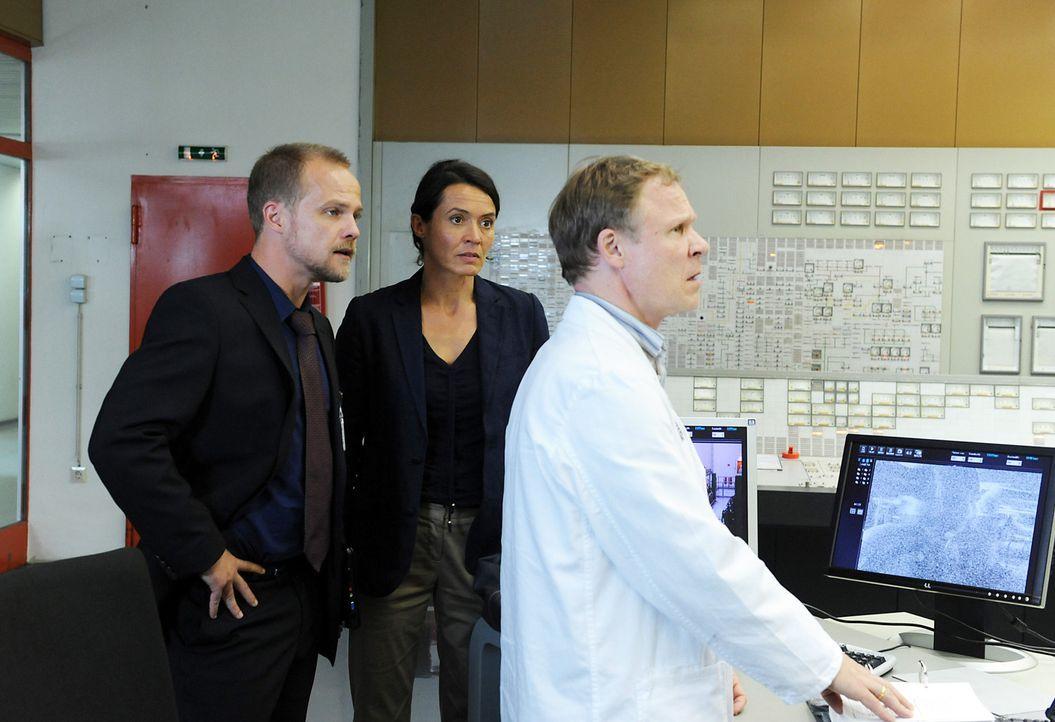 Schichtleiter Johannson (Helmut Zhuber, r.) zögert immer noch, den Reaktor wieder herunterzufahren, obwohl besorgniserregende Daten übermittelt werd... - Bildquelle: Oliver Roth SAT.1