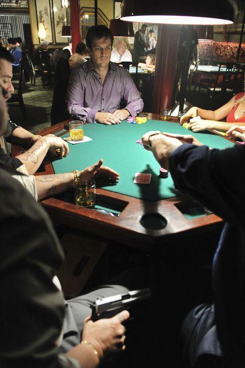 Richard Castle (Nathan Fillion, hinten M.) lässt sich auf ein gewagtes Spiel ein, das ihn das Leben kosten kann ... - Bildquelle: ABC Studios