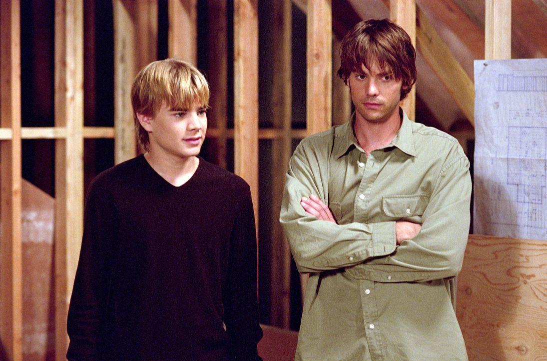 Matt (Barry Watson, r.) und Simon (David Gallagher, l.) wollen das neue Zimmer über der Garage beziehen, doch auch die anderen Camden-Kinder erheben... - Bildquelle: The WB Television Network