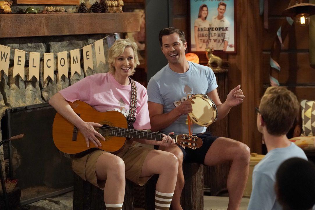 """Roberta (Jane Lynch, l.) und Reggie (Andrew Rannells, r.) leiten ein Camp, dass junge Menschen dazu bringen soll, ihre Homosexualität zu """"heilen"""" ... - Bildquelle: Chris Haston 2017 NBCUniversal Media, LLC / Chris Haston"""